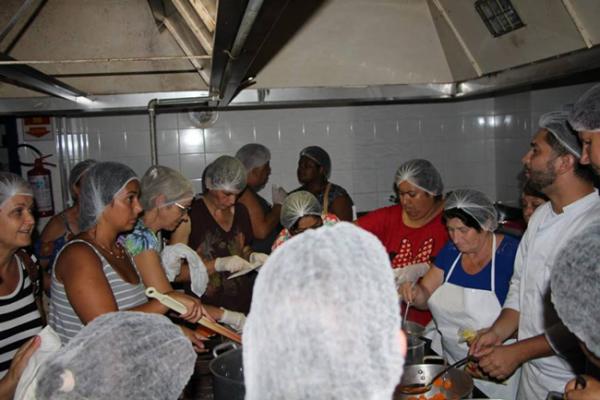 Professor do curso de Gastronomia ministra treinamento para cozinheiras