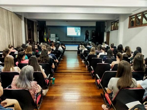 Palestra sobre fotografia científica é realizada na UNICNEC Bento