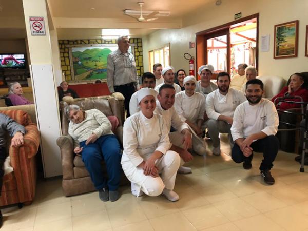 Alunos do curso de Gastronomia promovem almoço beneficente no Lar do Ancião