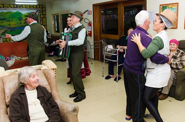 Ação do curso de Turismo anima o Lar do Ancião
