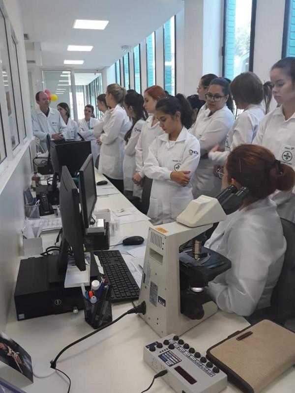 Acadêmicos de Biomedicina realizam visita técnica ao Laboratório Weinmann